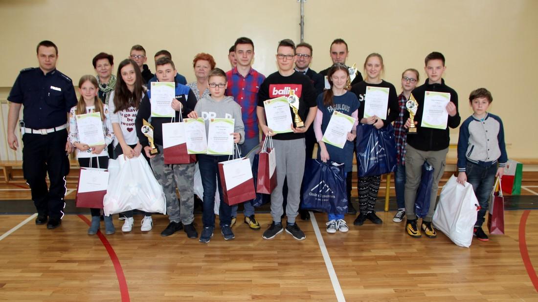 Uczniowie z Męciny zwycięzcami gminnego etapu Turnieju Wiedzy o Bezpieczeństwie w Ruchu Drogowym - zdjęcie główne