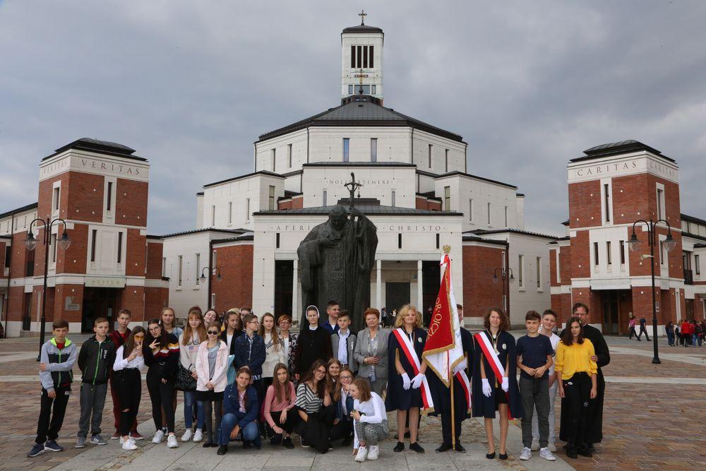 Uczniowie SP nr 1 w Męcinie na III Pielgrzymce Szkół imienia Jana Pawła II - zdjęcie główne