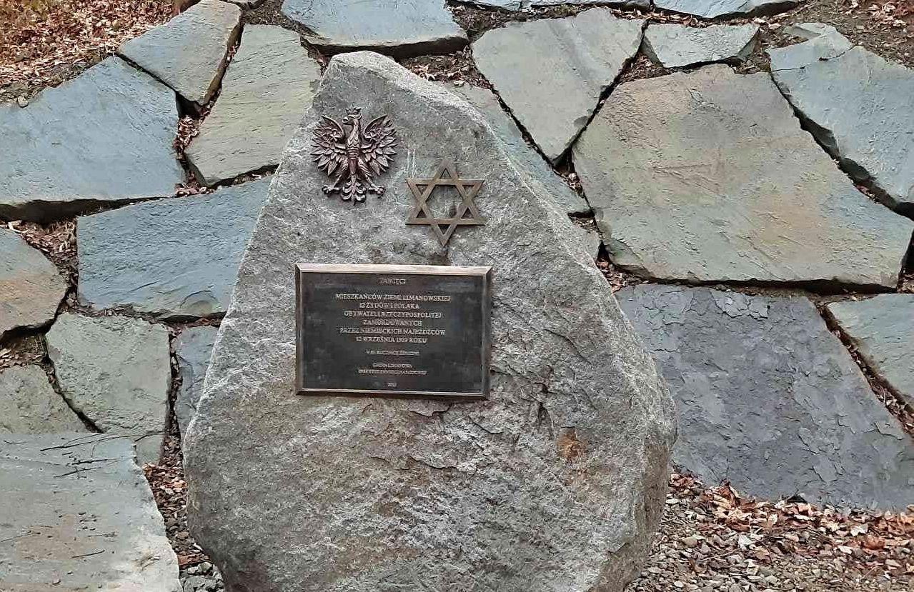 Kamień z pamiątkową tablicą w Mordarce -  w miejscu tragicznych wydarzeń  z września 1939 - zdjęcie główne