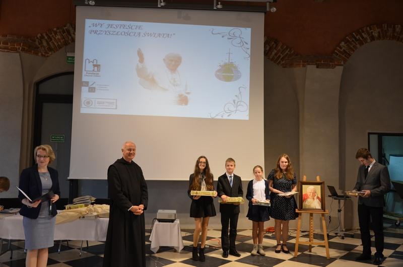 """Uczniowie z Męciny na podsumowaniu projektu """"Wy jesteście przyszłością świata!"""" - zdjęcie główne"""