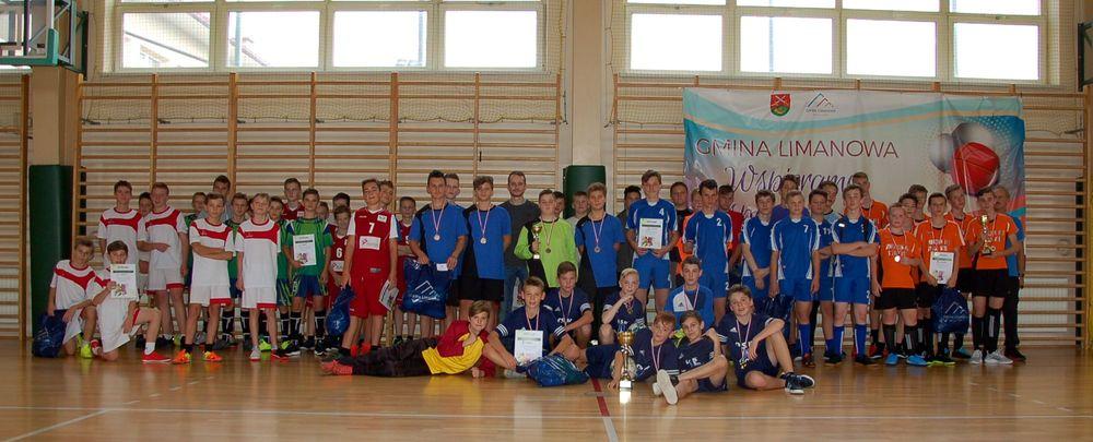 Mistrzostwa Gminy w Halowej Piłce Nożnej Chłopców - najlepsza drużyna z SP Mordarka - zdjęcie główne