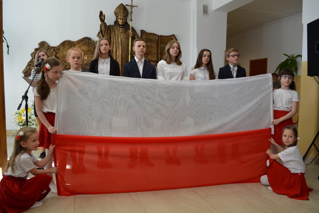 Szkoła nr 1 w Męcinie zainaugurowała obchody 100-lecia Odzyskania Niepodległości - zdjęcie główne