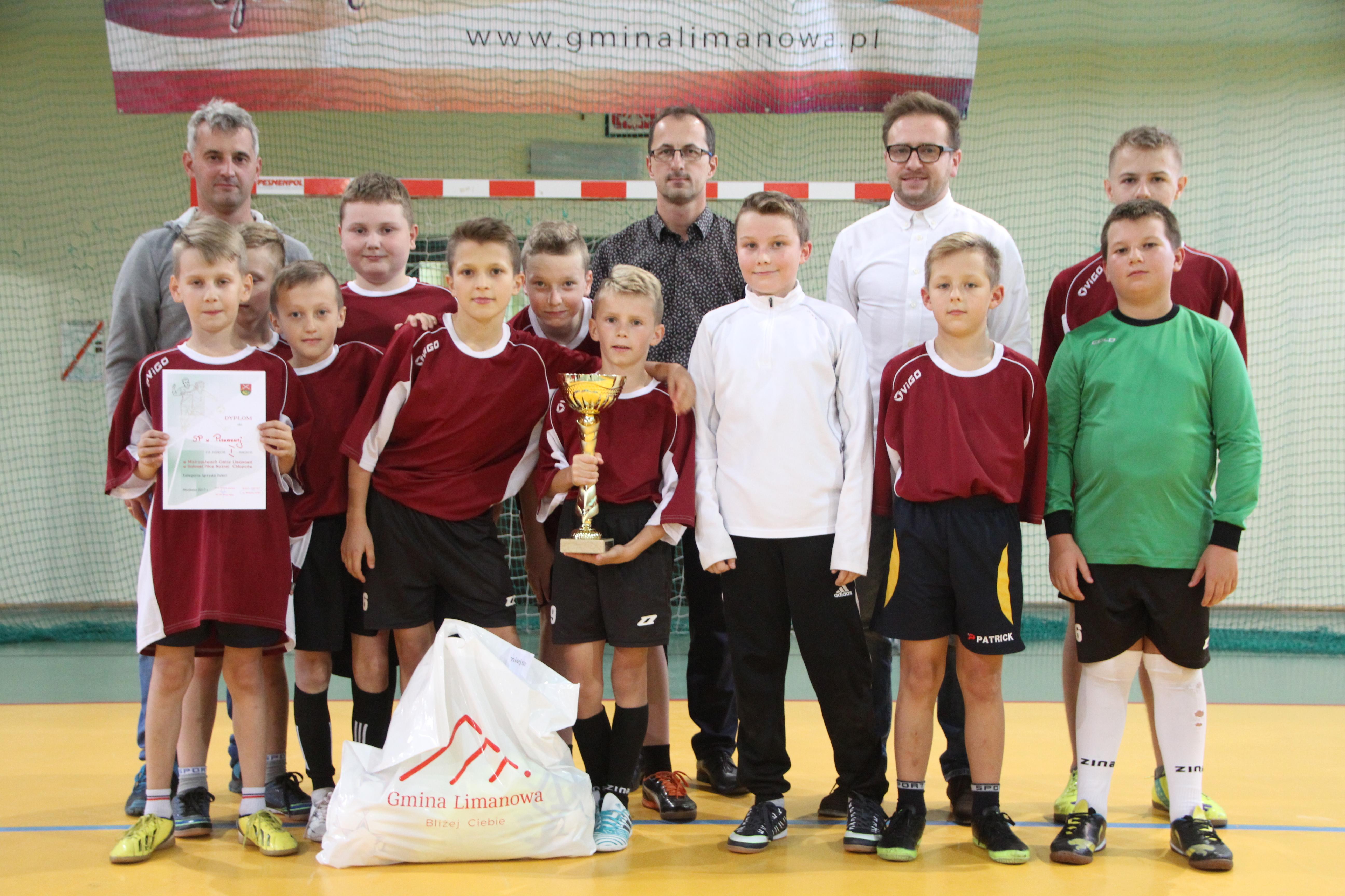 Chłopcy z Pisarzowej mistrzami gminy w halowej piłce nożnej - zdjęcie główne