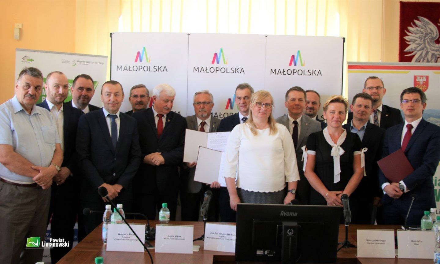 Podpisanie umów w ramach projektów realizowanych przez Wojewódzki Urząd  Pracy - zdjęcie główne