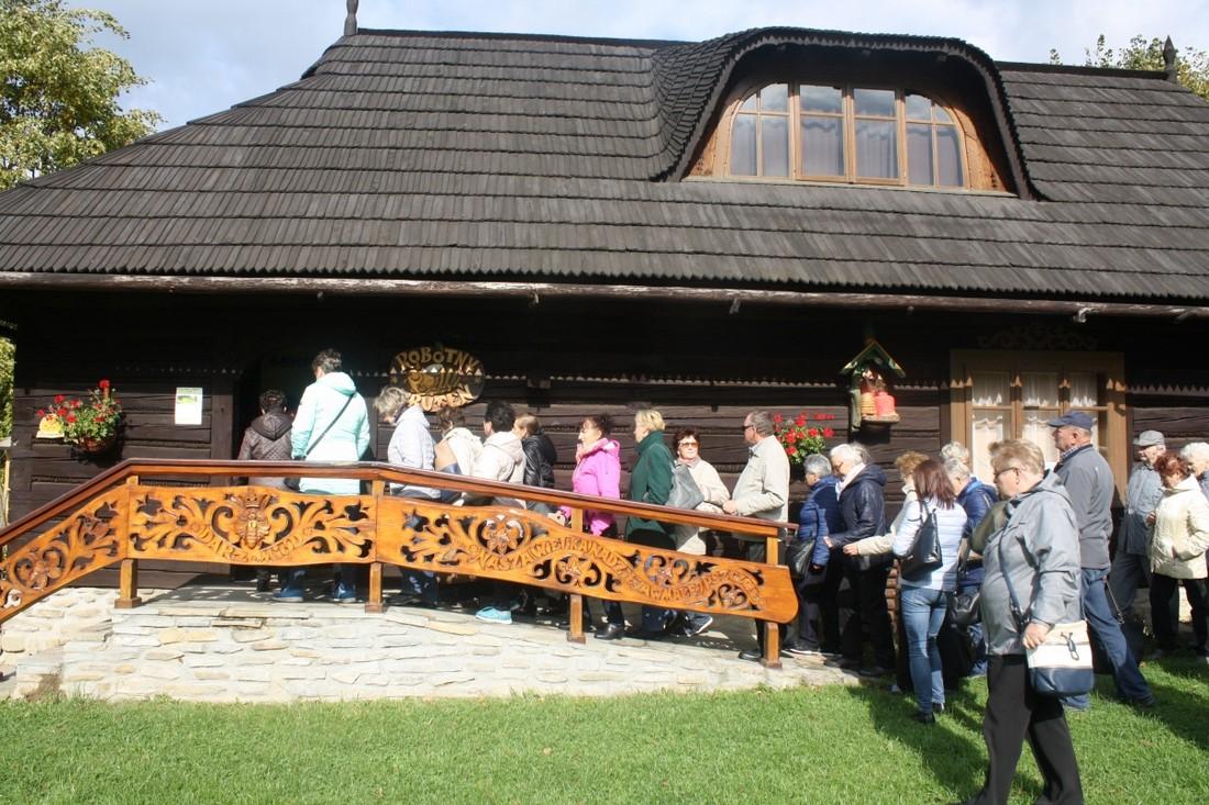 """Seniorzy z Gminy Limanowa świętowali swój dzień w ,,Sądeckim Bartniku"""" - zdjęcie główne"""