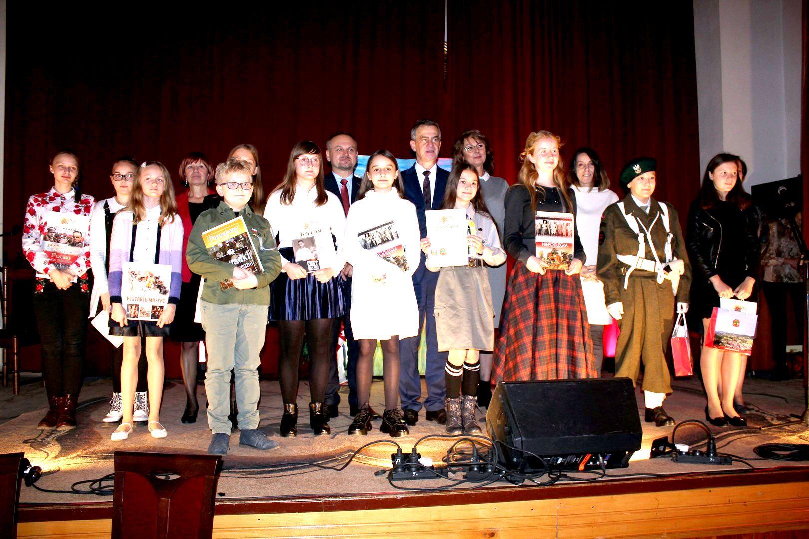 Konkurs Poezji i Pieśni Patriotycznej w Zespole Szkolno – Przedszkolnym Nr 1 w Limanowej - zdjęcie główne