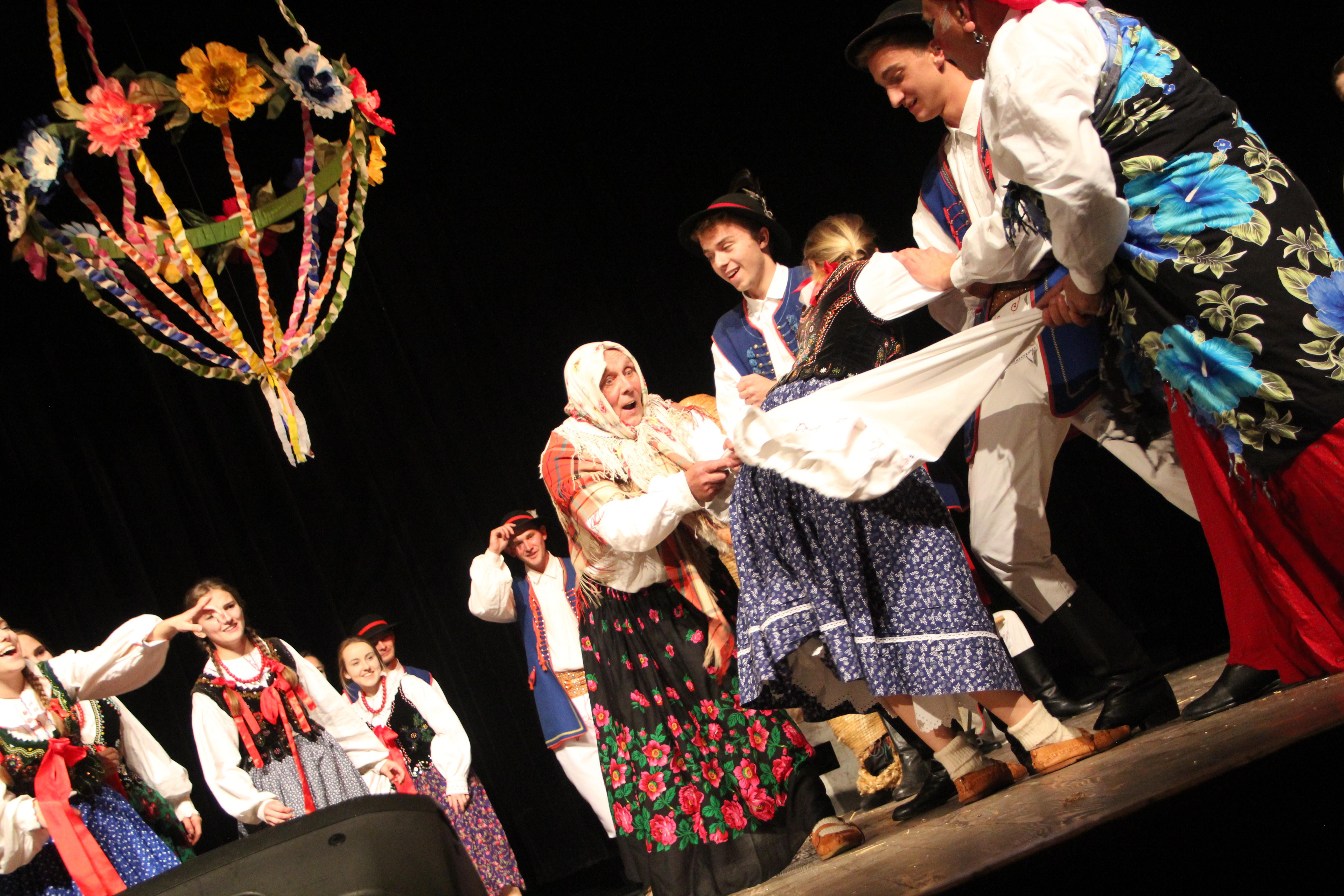 """Zespół """"Spod Kicek"""" i KGW Męcina  na Festiwalu Teatrów Wiejskich - zdjęcie główne"""