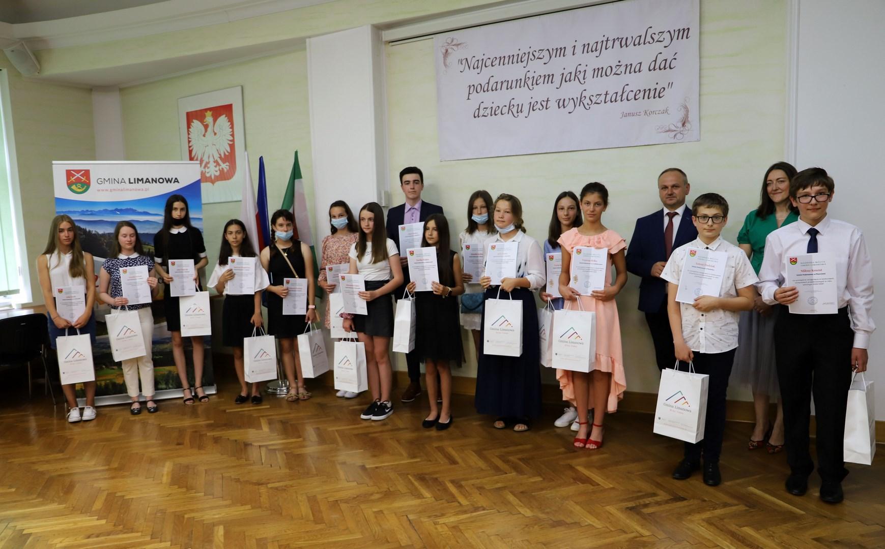 Nagrodzono najlepszych uczniów w roku szkolnym 2020/2021 - zdjęcie główne
