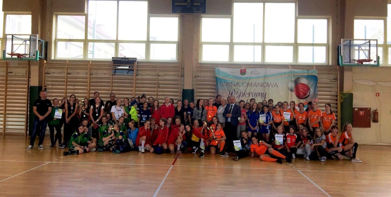 8 drużyn walczyło o tytuł Mistrza Gminy w Piłce Halowej Dziewcząt - zdjęcie główne