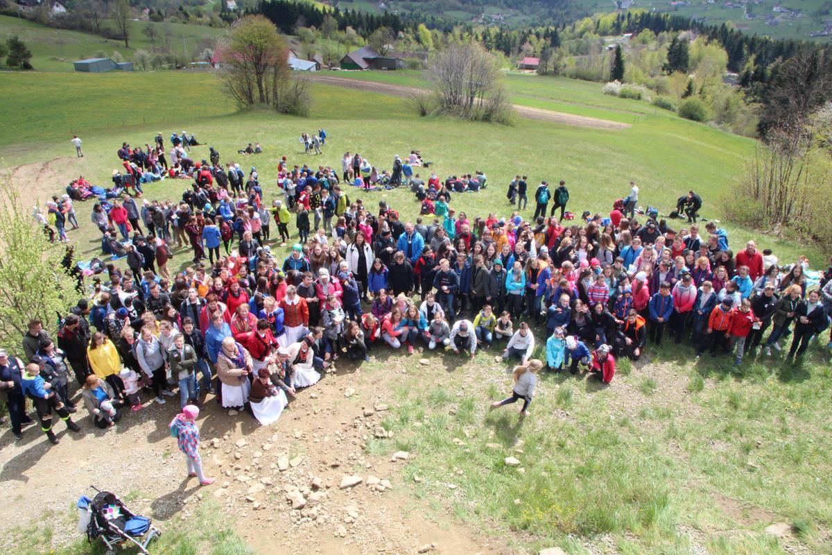 """Kilkaset młodych osób uczestniczyło w Rajdzie """"Beskidzkie Wyspy"""" - zdjęcie główne"""