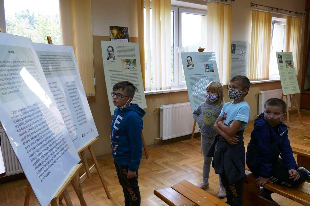 """Wystawa """"Czescy i czechosłowaccy twórcy literatury dziecięcej"""" w bibliotece w Nowym Rybiu - zdjęcie główne"""