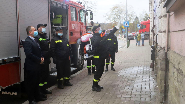 Druhowie z jednostek OSP dezynfekują miejsca publiczne na terenie gminy - zdjęcie główne