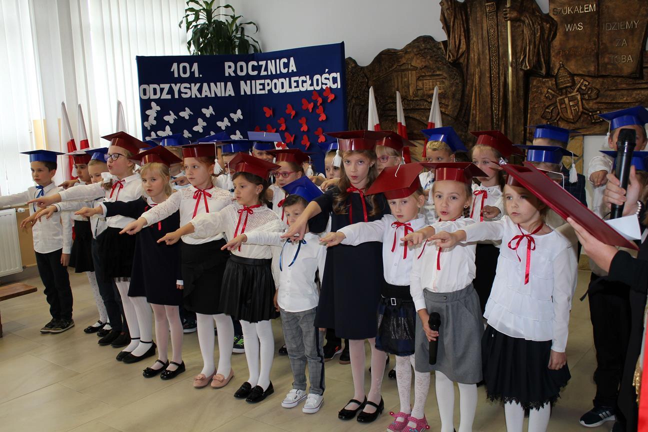 Ślubowanie uczniów klas pierwszych w Szkole Podstawowej nr 1 w Męcinie - zdjęcie główne