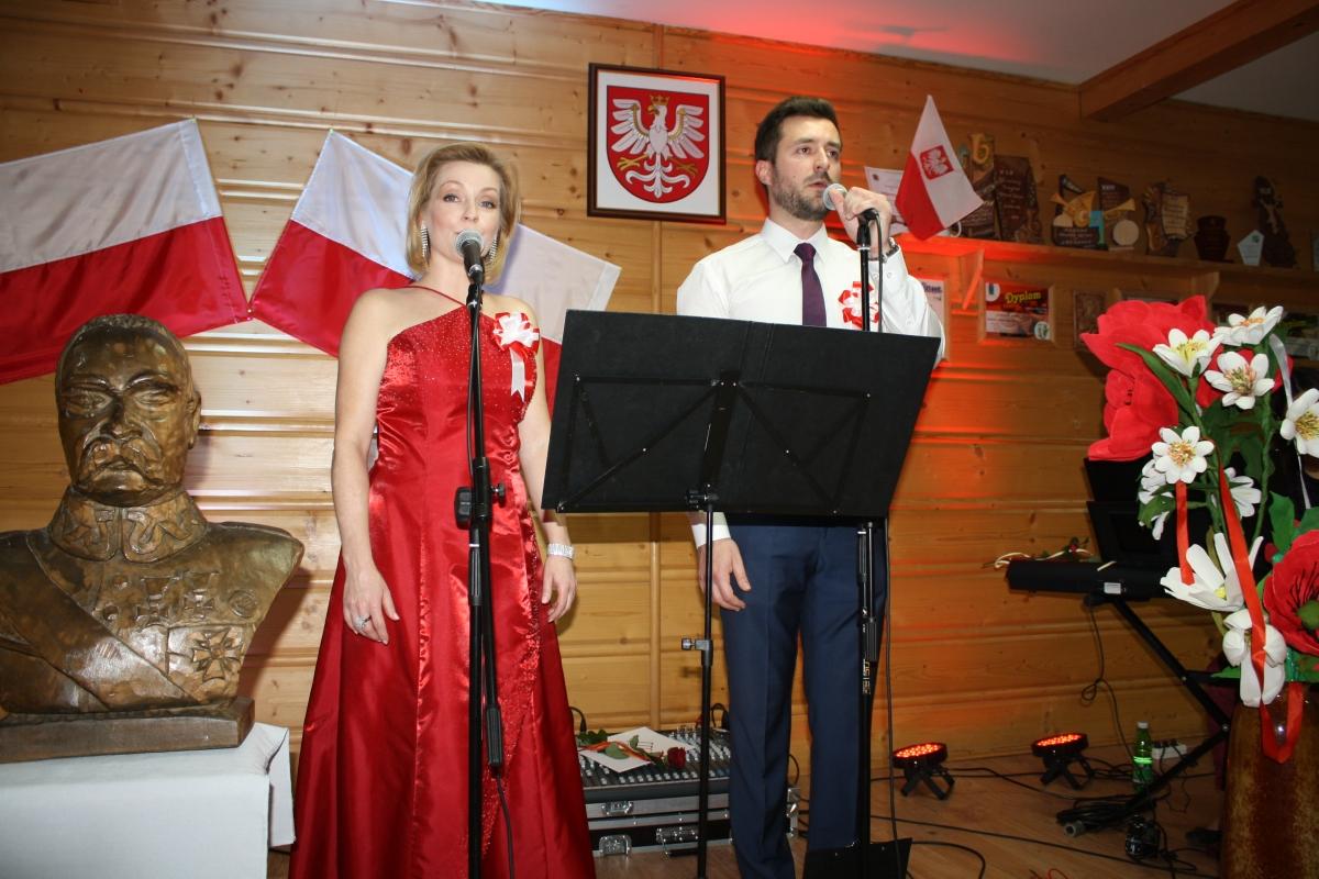 Warsztatowy koncert pieśni patriotycznych w bibliotece w Męcinie - zdjęcie główne