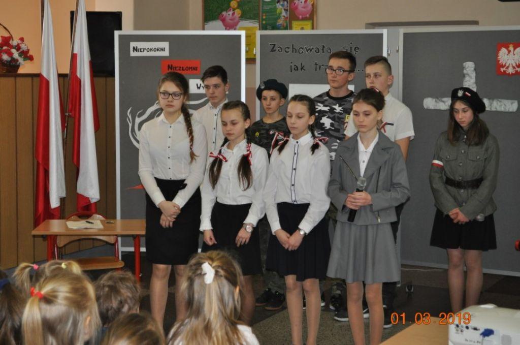 Uczniowie z Siekierczyny uczcili Dzień Pamięci o Żołnierzach Wyklętych - zdjęcie główne