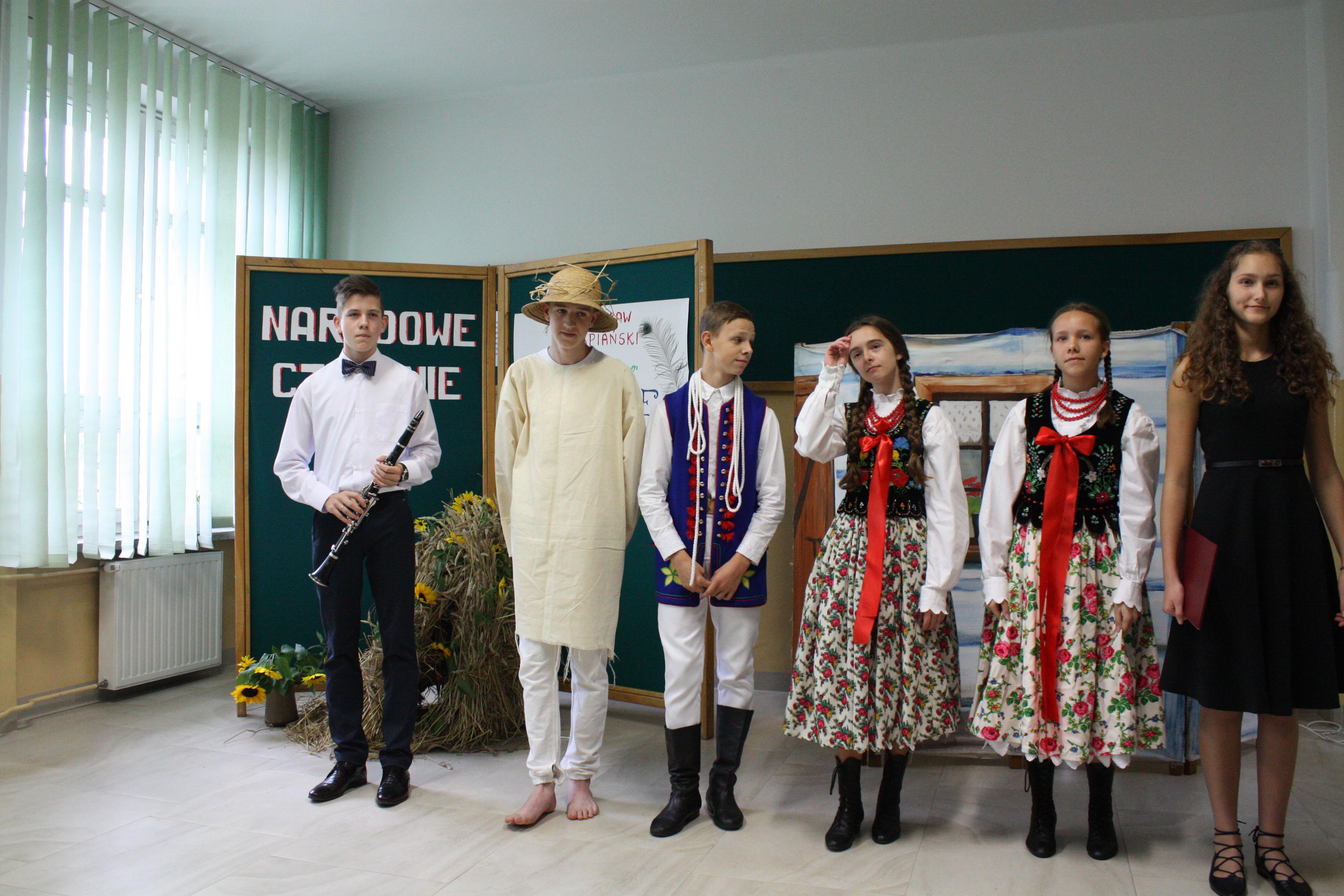 """Narodowe czytanie """"Wesela""""  w SP nr 1 w Męcinie - zdjęcie główne"""