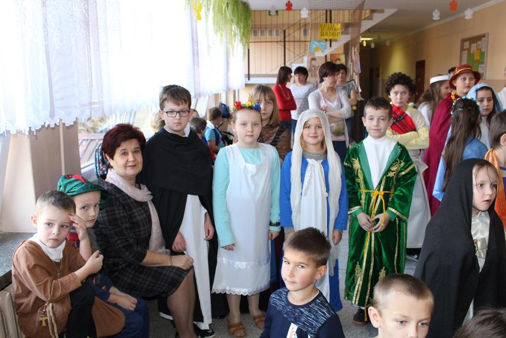 Korowód Wszystkich Świętych w Szkole Podstawowej w Pasierbcu - zdjęcie główne