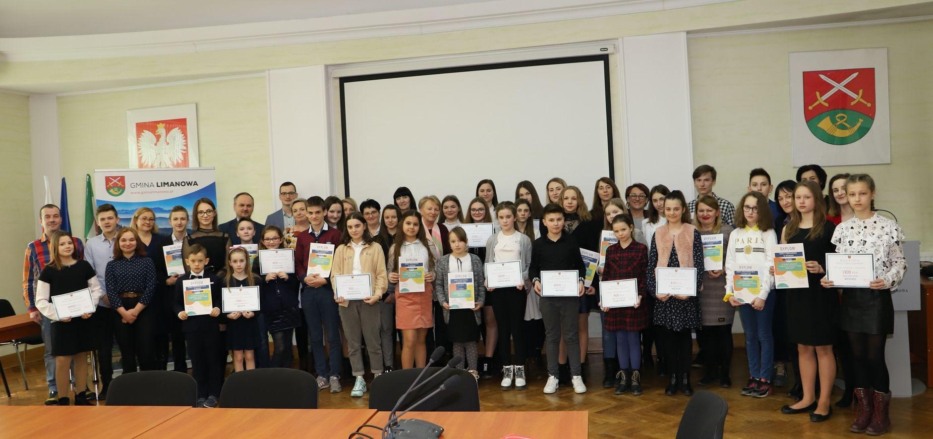 Nagrodzono zwycięskie szkoły w Konkursie zbiórki makulatury - zdjęcie główne