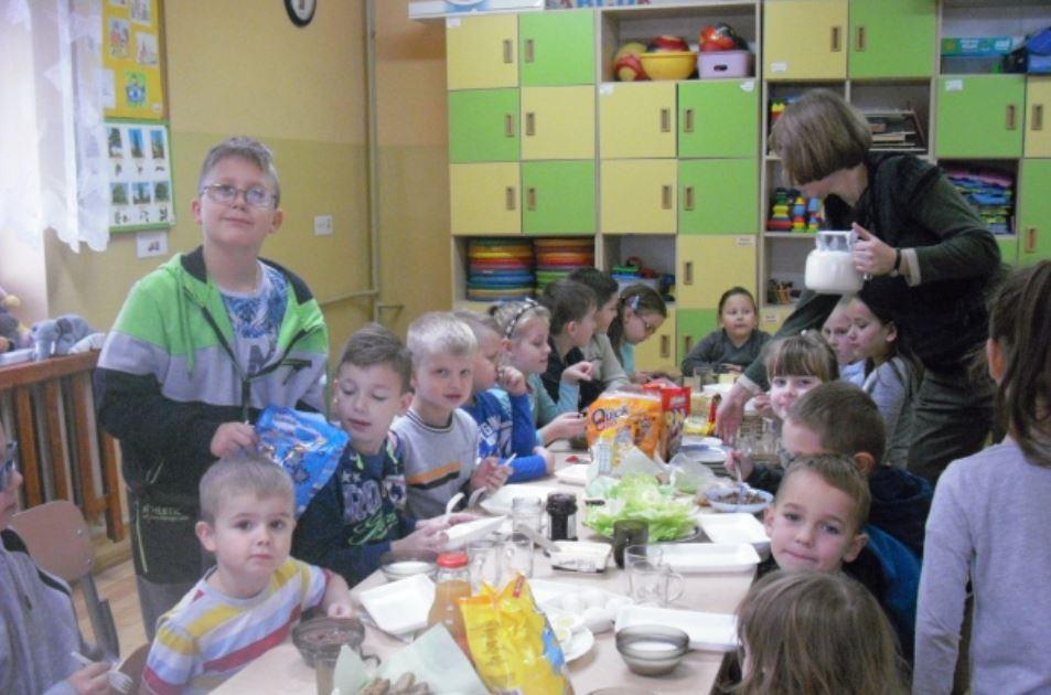 """""""Śniadanie daje moc"""" w Szkole Podstawowej w Nowym Rybiu - zdjęcie główne"""