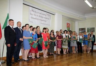 Nagrody dla uczniów, podziękowania dla nauczycieli na uroczystym  podsumowaniu roku szkolnego - Galeria zdjęć - z nauczycielami.JPG