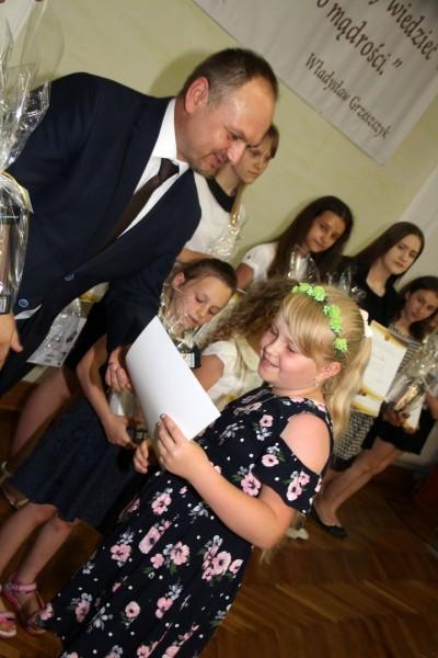 Nagrody dla uczniów, podziękowania dla nauczycieli na uroczystym  podsumowaniu roku szkolnego - Galeria zdjęć - 3.JPG