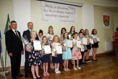 Nagrody dla uczniów, podziękowania dla nauczycieli na uroczystym  podsumowaniu roku szkolnego - Galeria zdjęć - 1.JPG